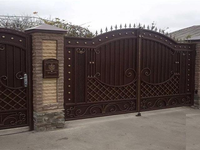 Ворота из металлопрофиля с ковкой