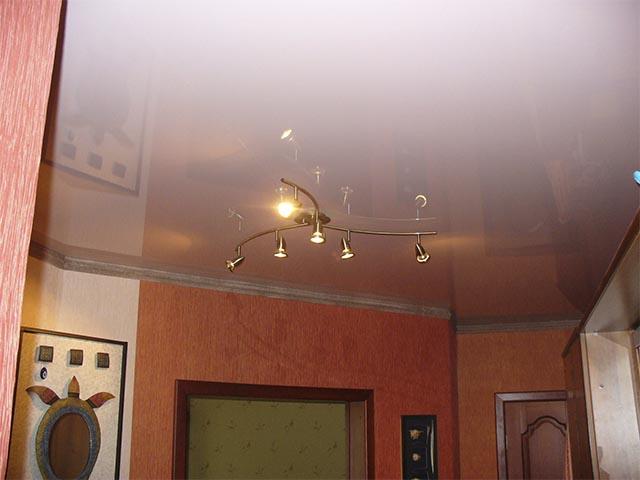 Белый глянцевый натяжной потолок