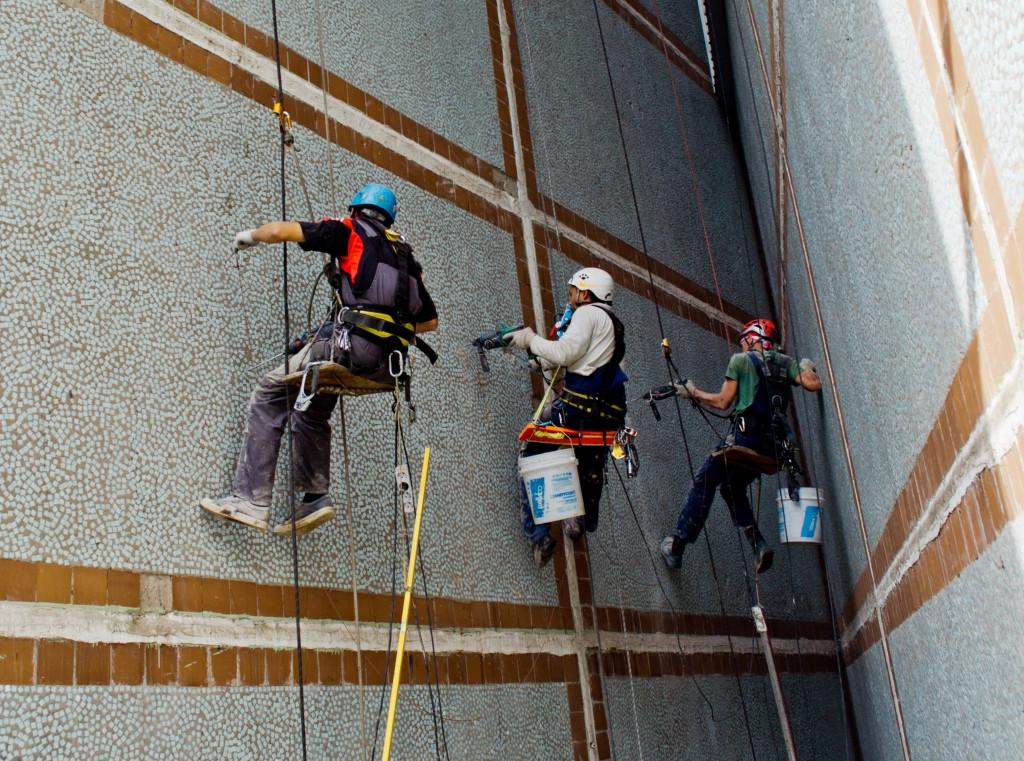 702536452_w640_h640_remont-fasada-alpinistami